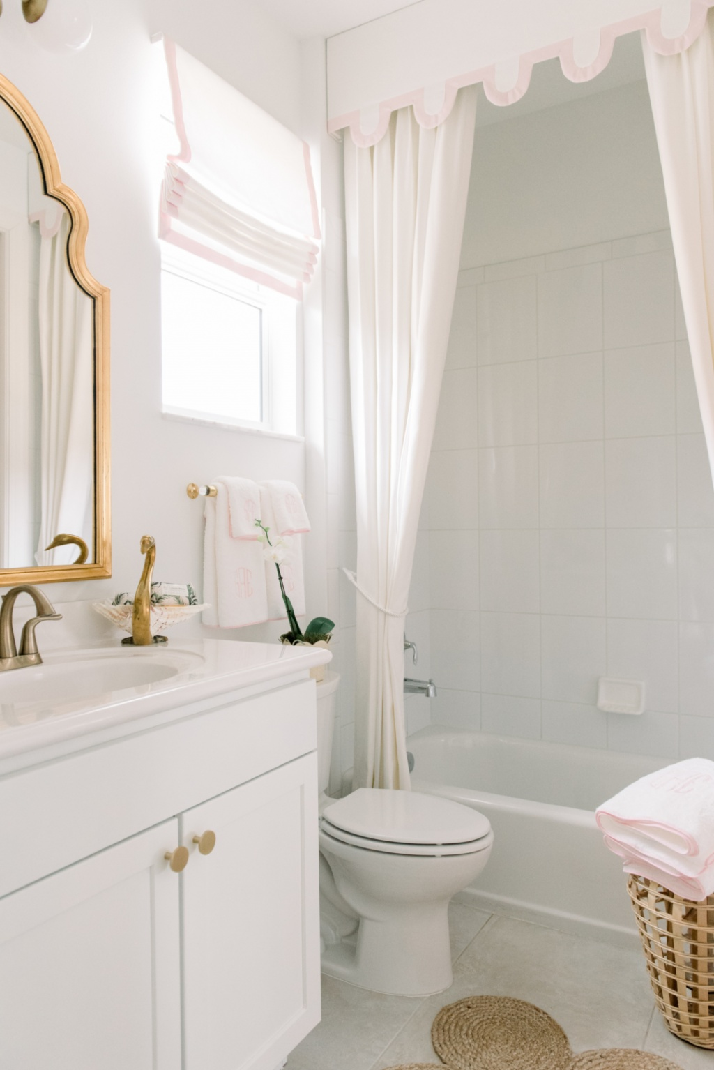 Romantic bathroom in white and gold