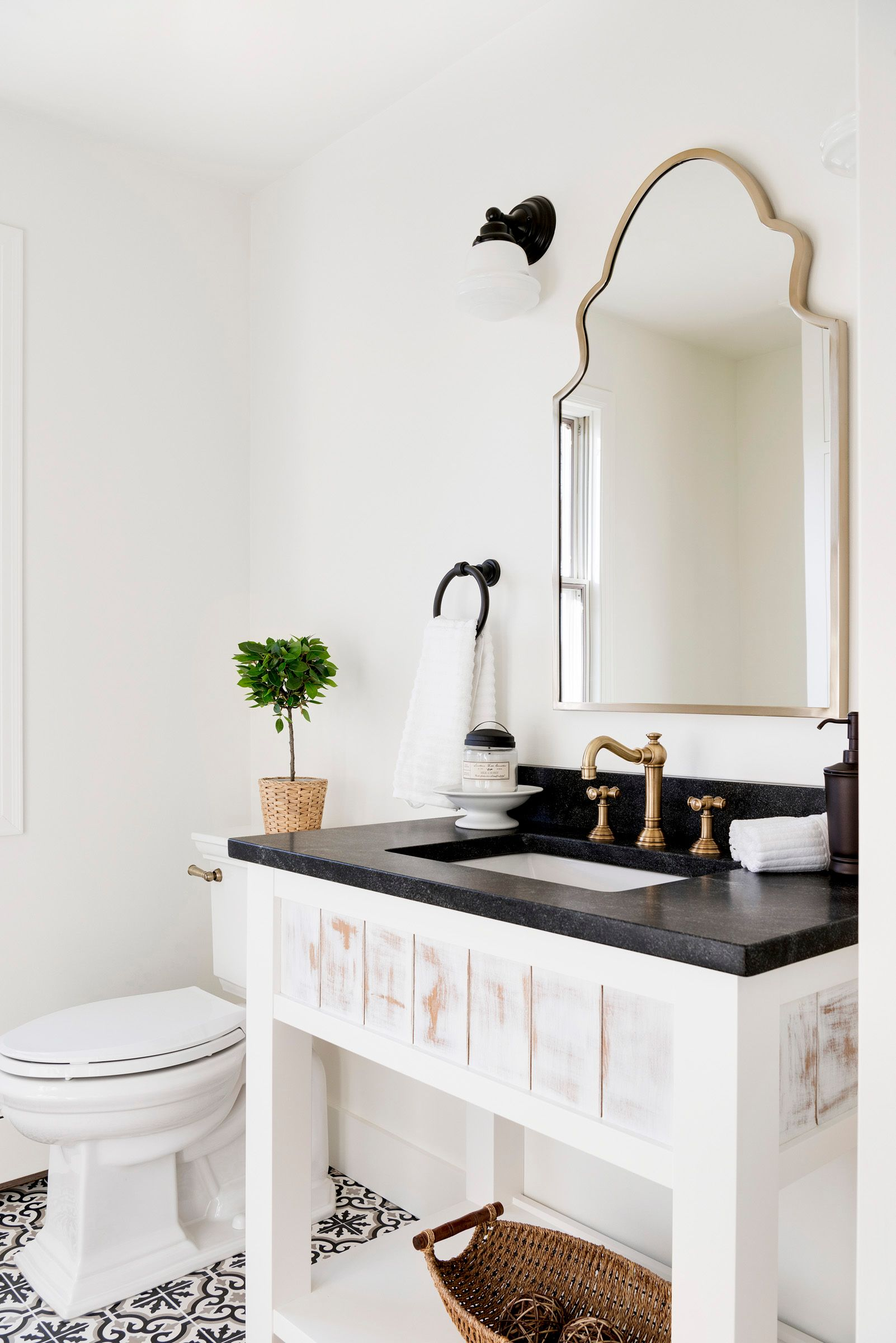 Country-style bathroom in white and gold