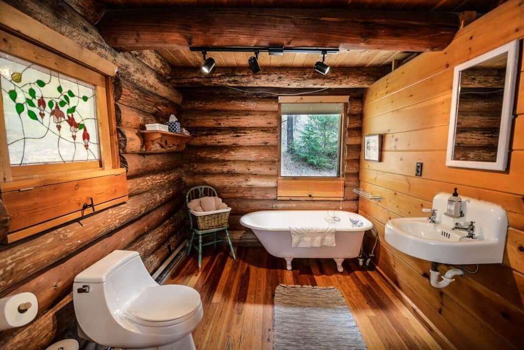 Fashionable cabin bathroom