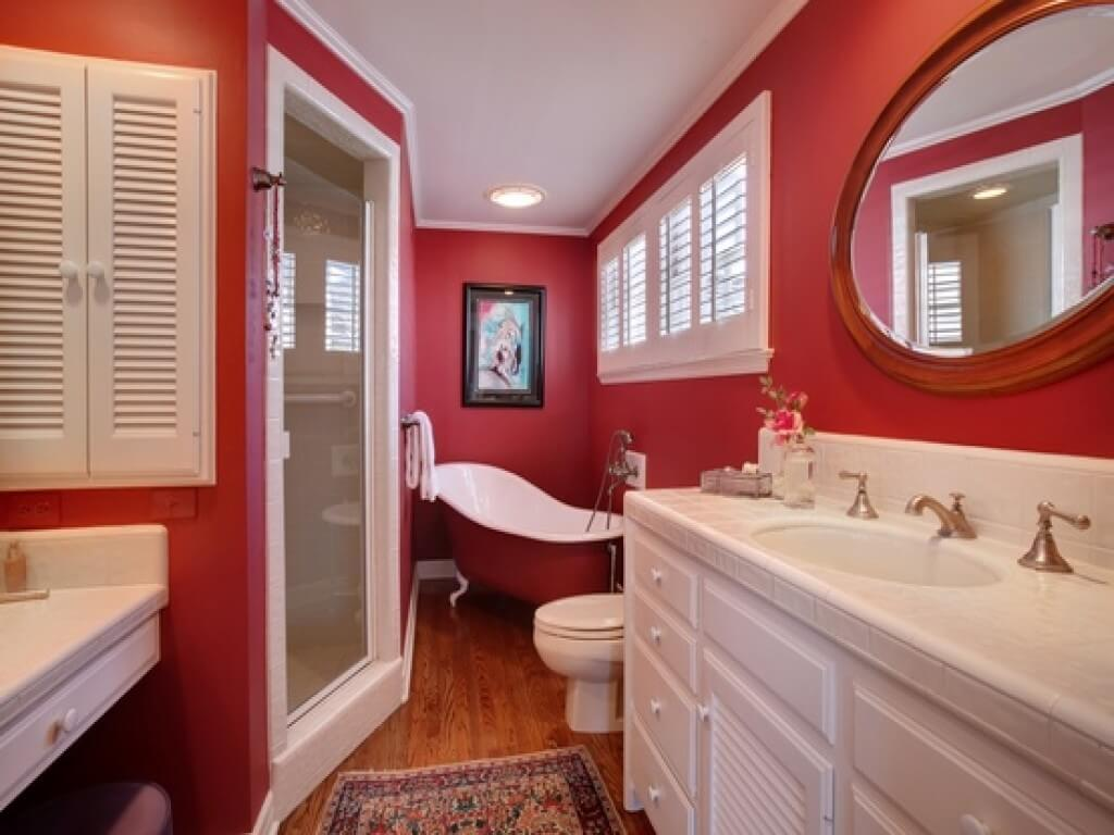 Exceptional red bathroom