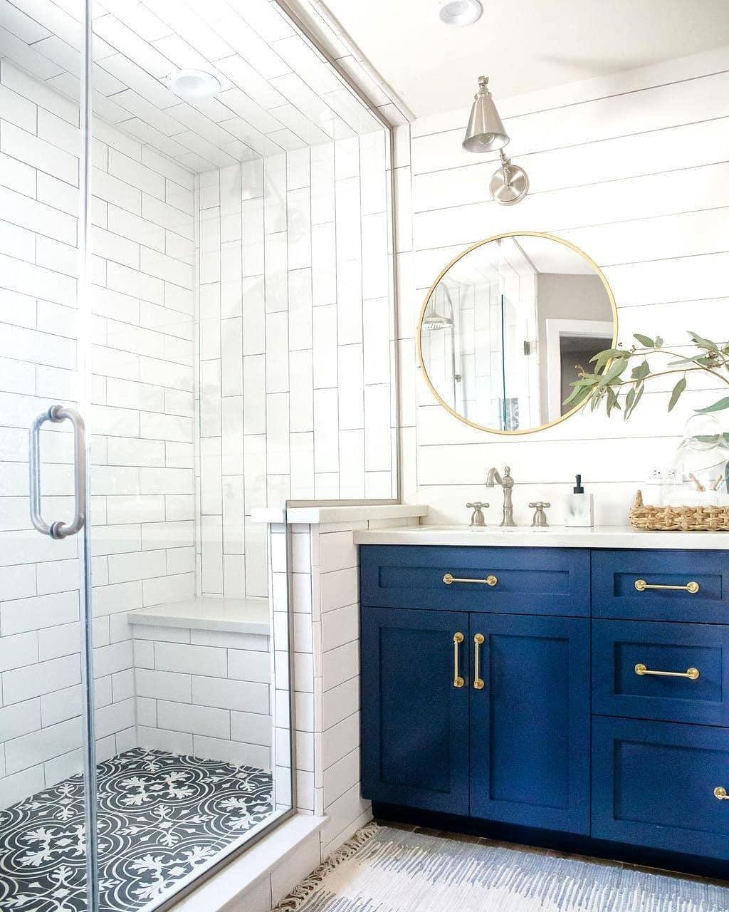 Fashionable nautical bathroom
