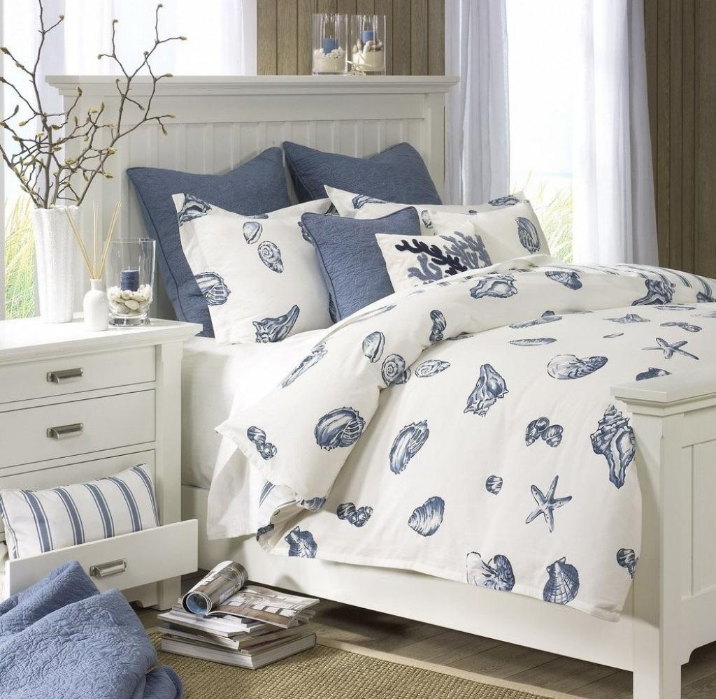 Quiet nautical bedroom
