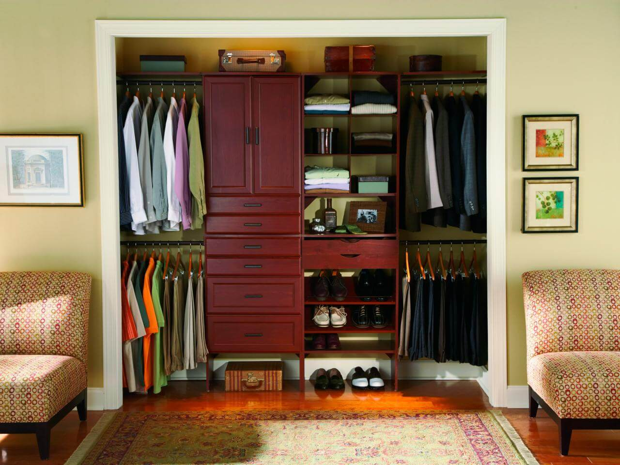 Traditional bedroom closet