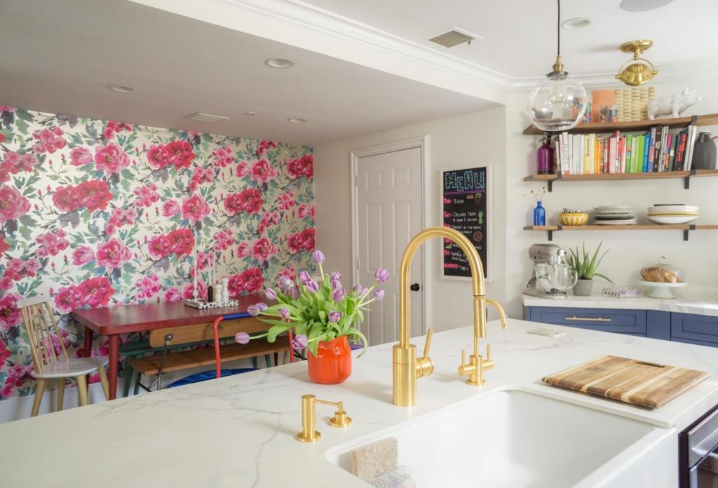Flower wallpaper for the kitchen