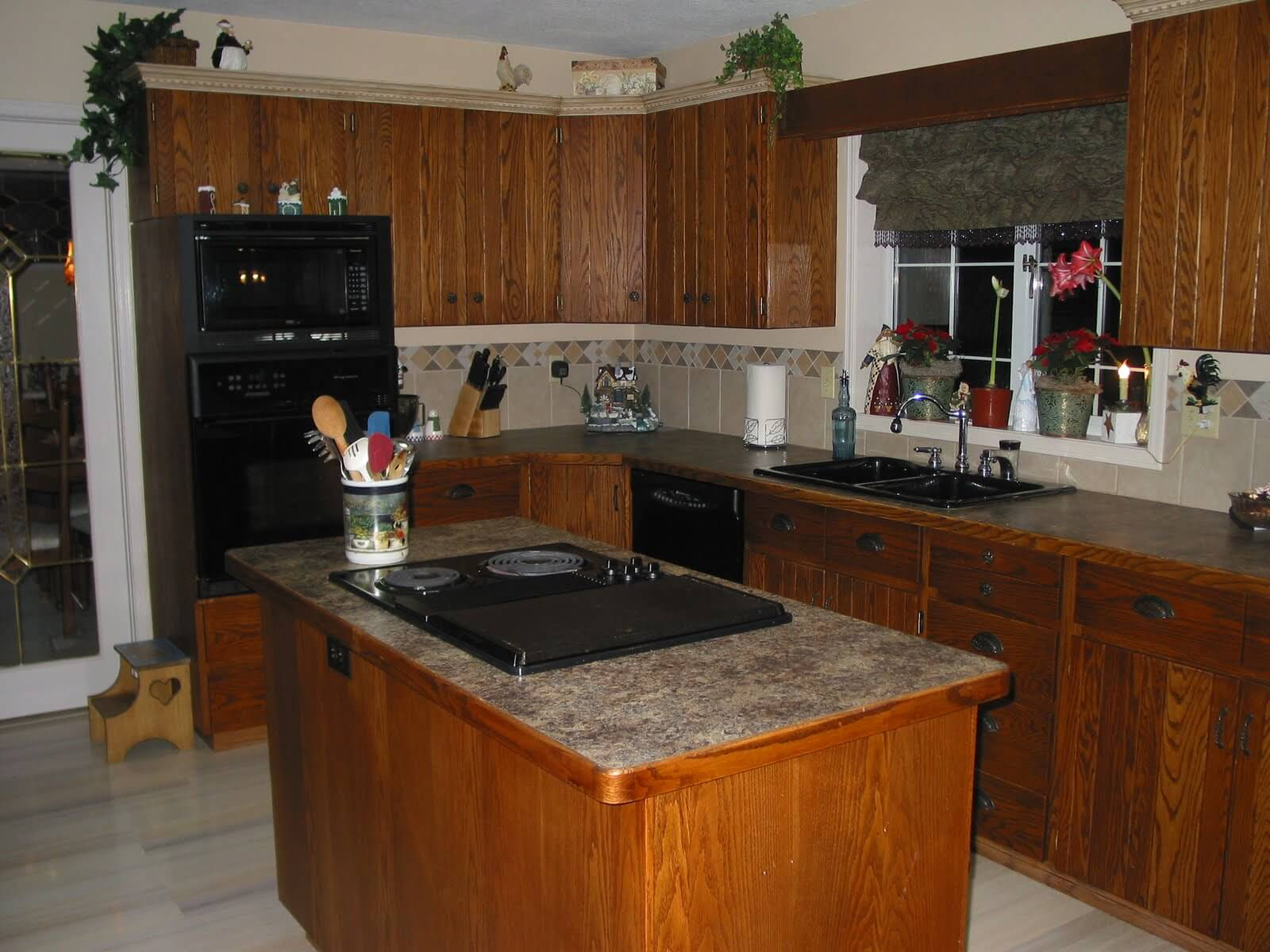 Simple kitchen island with hob