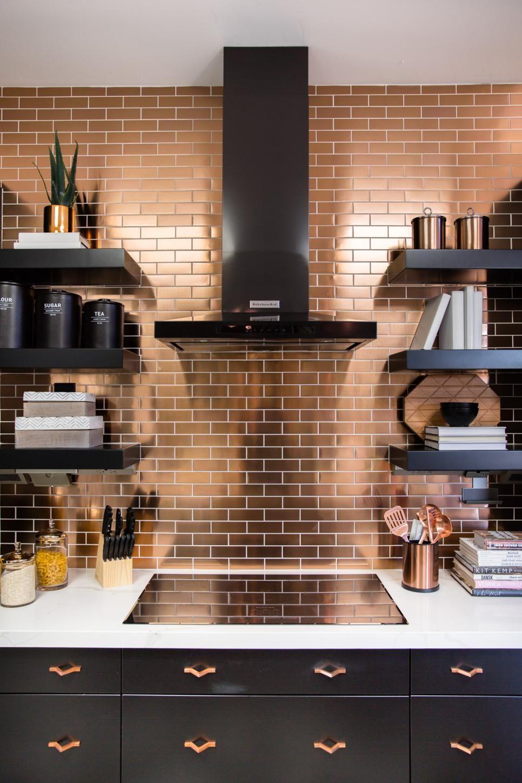 Elegant, mirrored kitchen rear wall