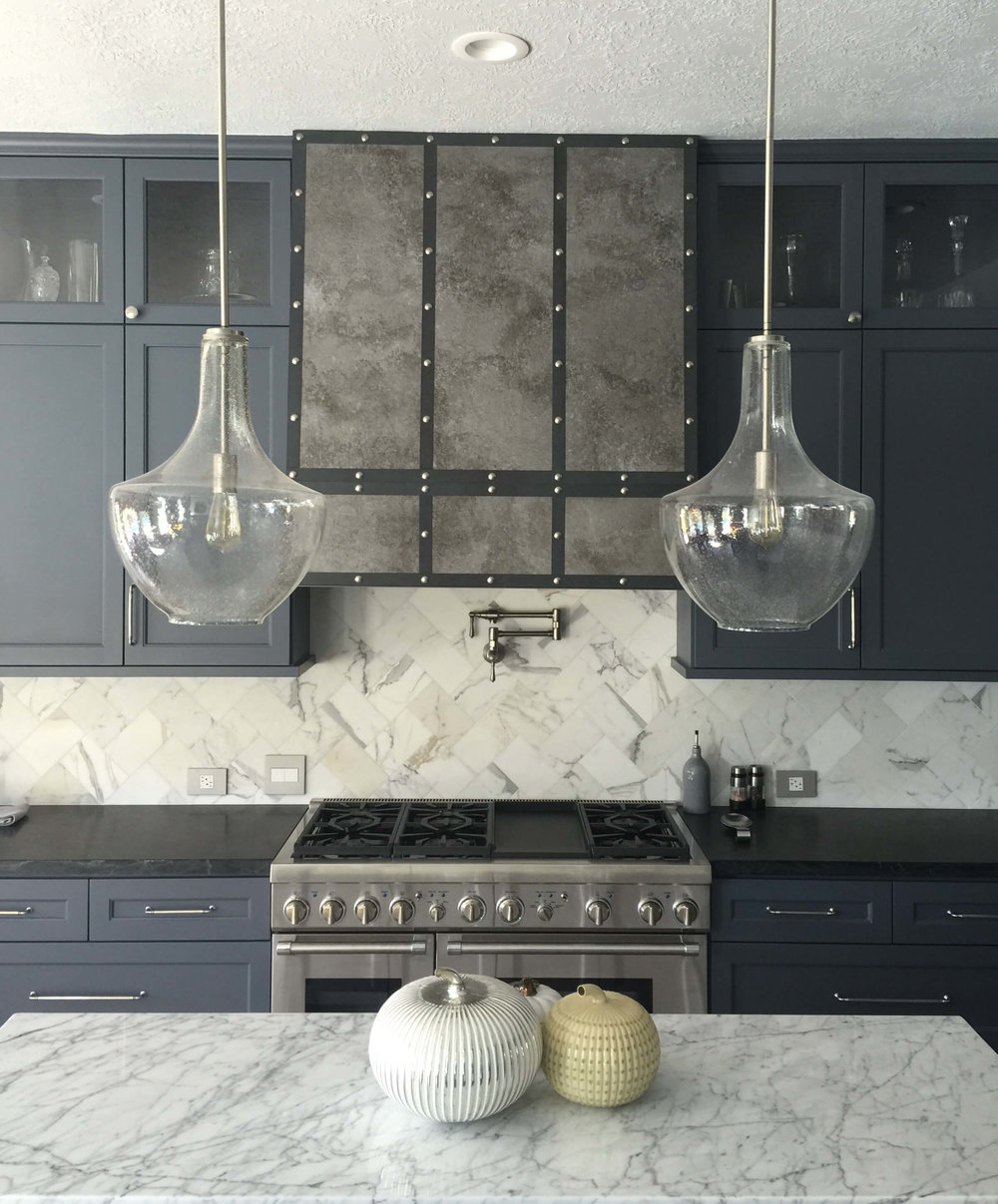 Fashionable gray kitchen