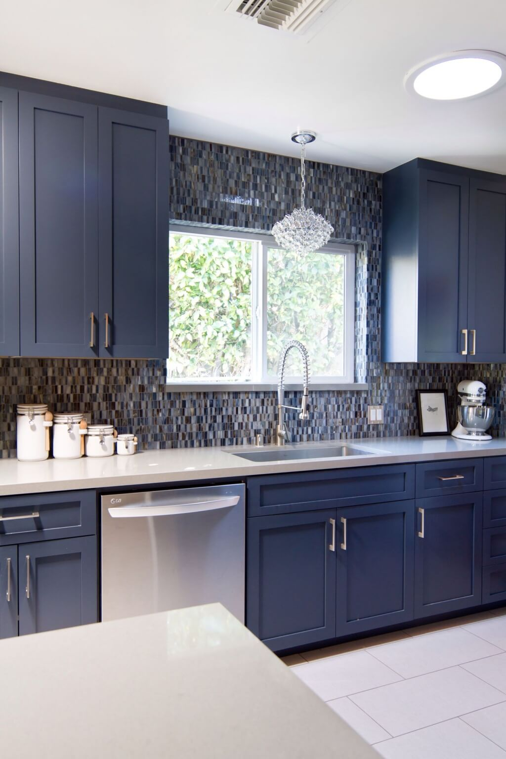 Lively gray kitchen