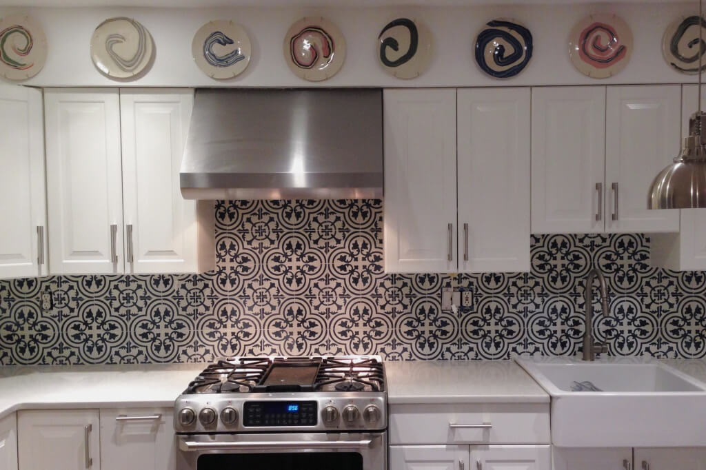 Beautiful kitchen rear wall with black and white tiles