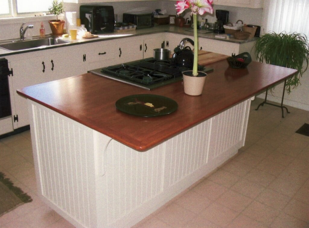 Coastal Cottage Kitchen Island with Hob