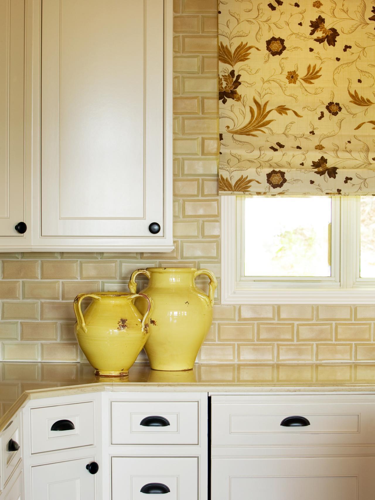 Beautiful, yellow kitchen splashback