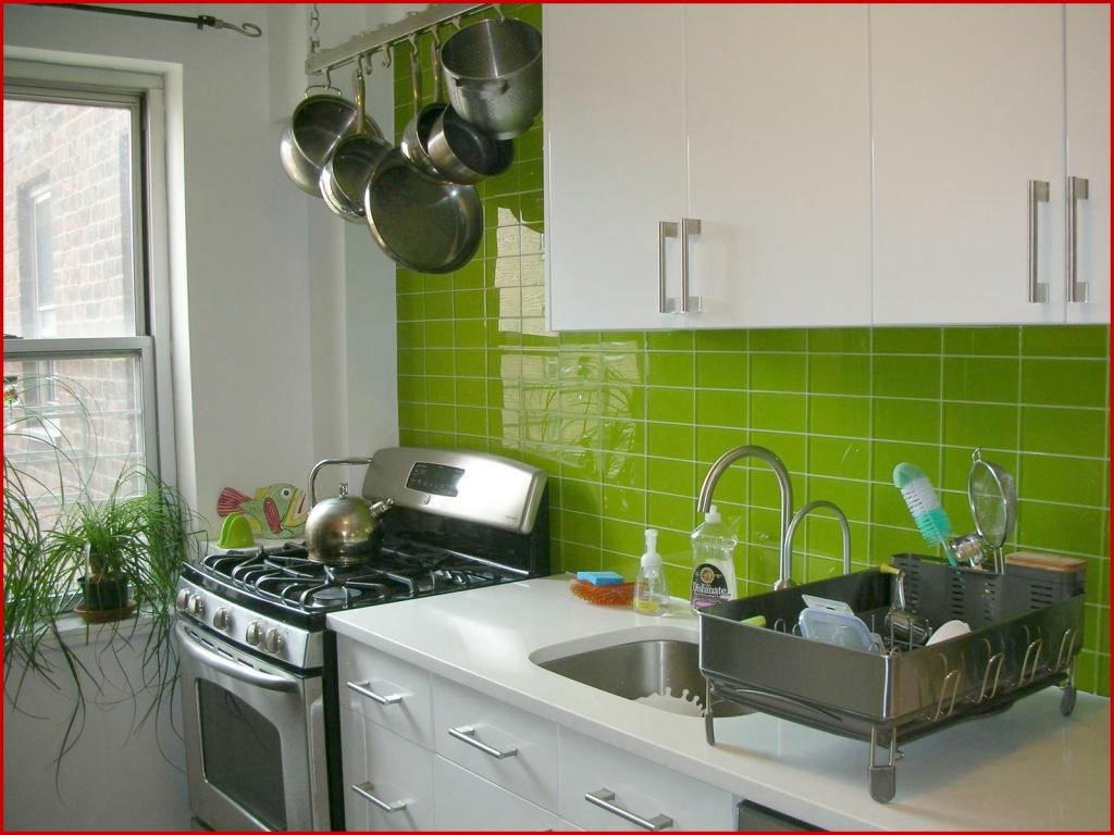 Fresh, mirrored kitchen rear wall