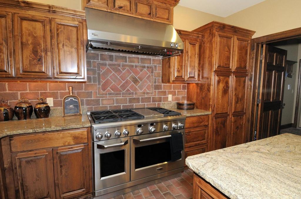 Trendy, brick kitchen splashback