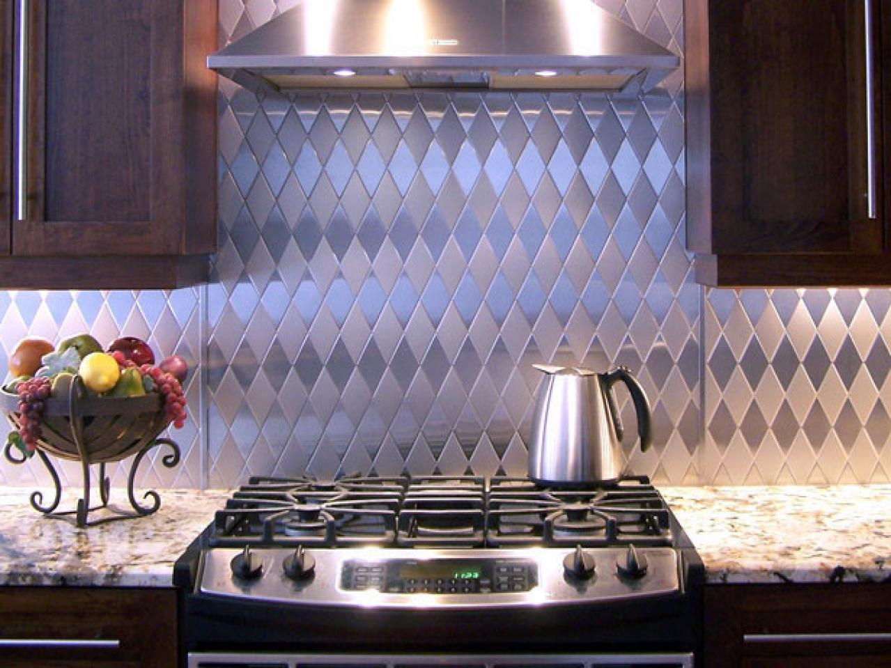 Lively kitchen back wall made of stainless steel