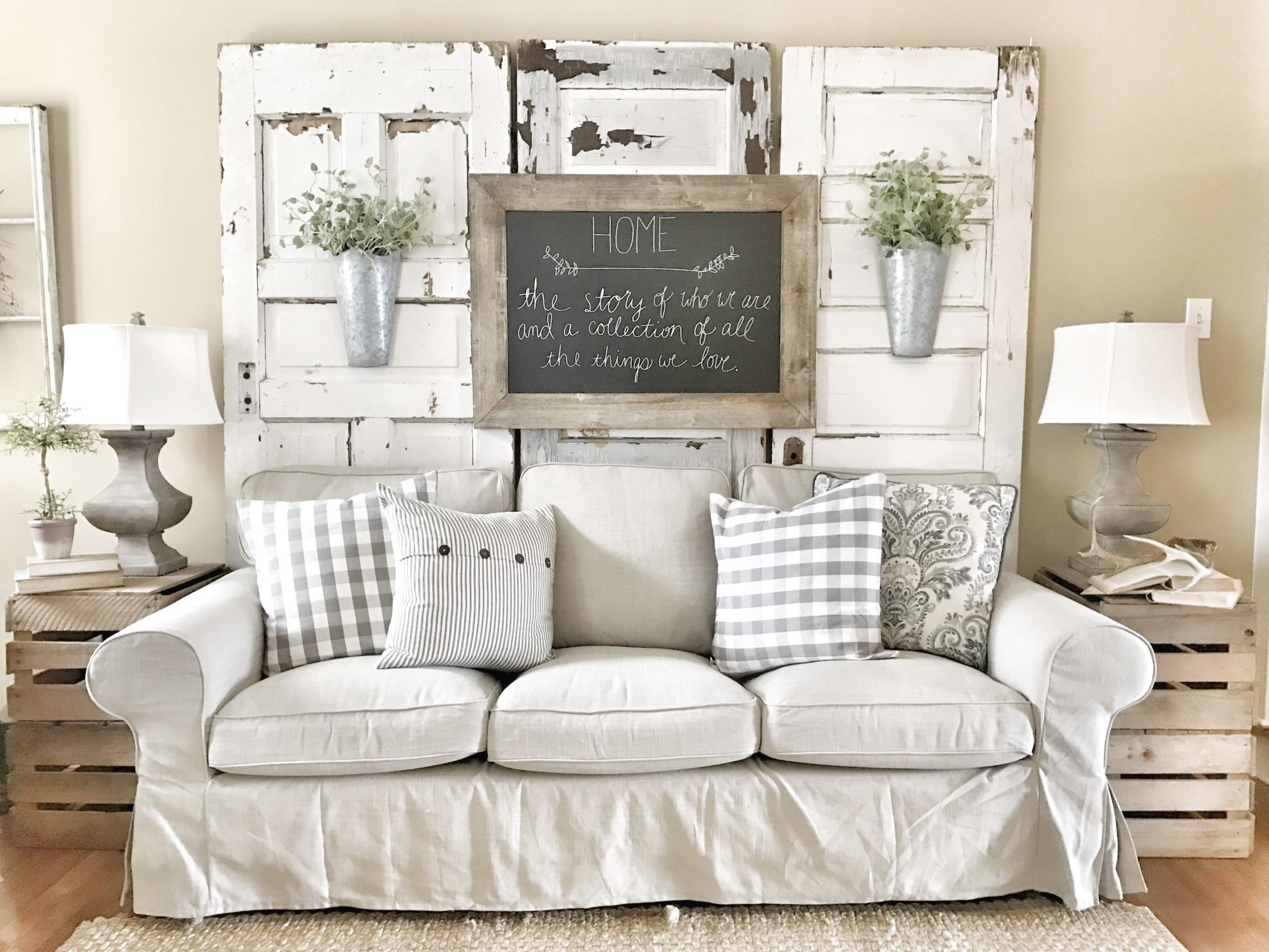 Small living room in shabby chic style.  Source: i.pinimg.com