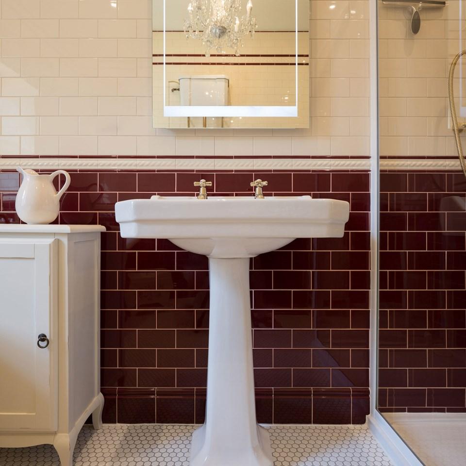 Retro burgundy bathroom