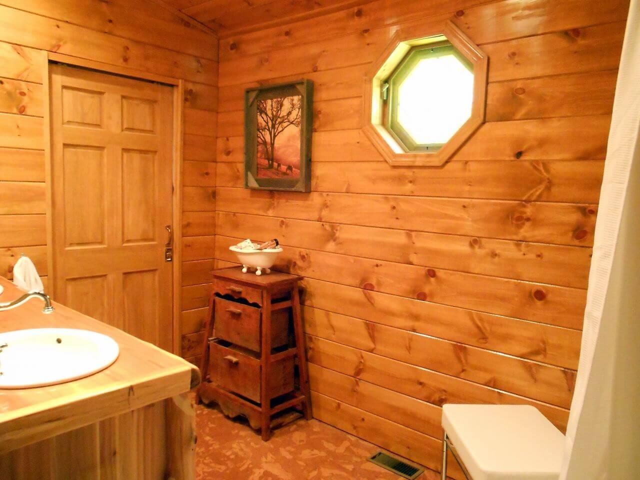 Impressive cabin bathroom