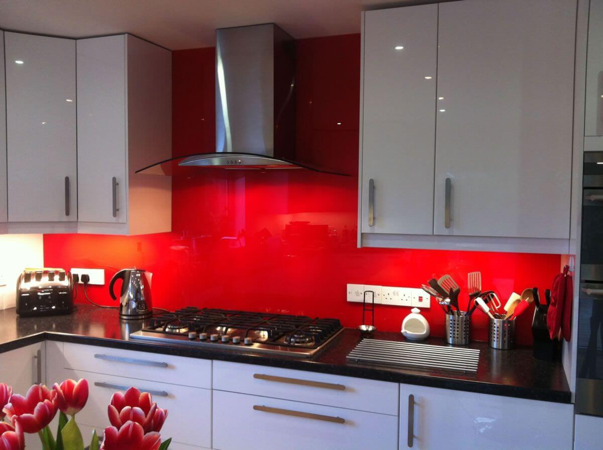 Eye-catching, mirrored kitchen rear wall
