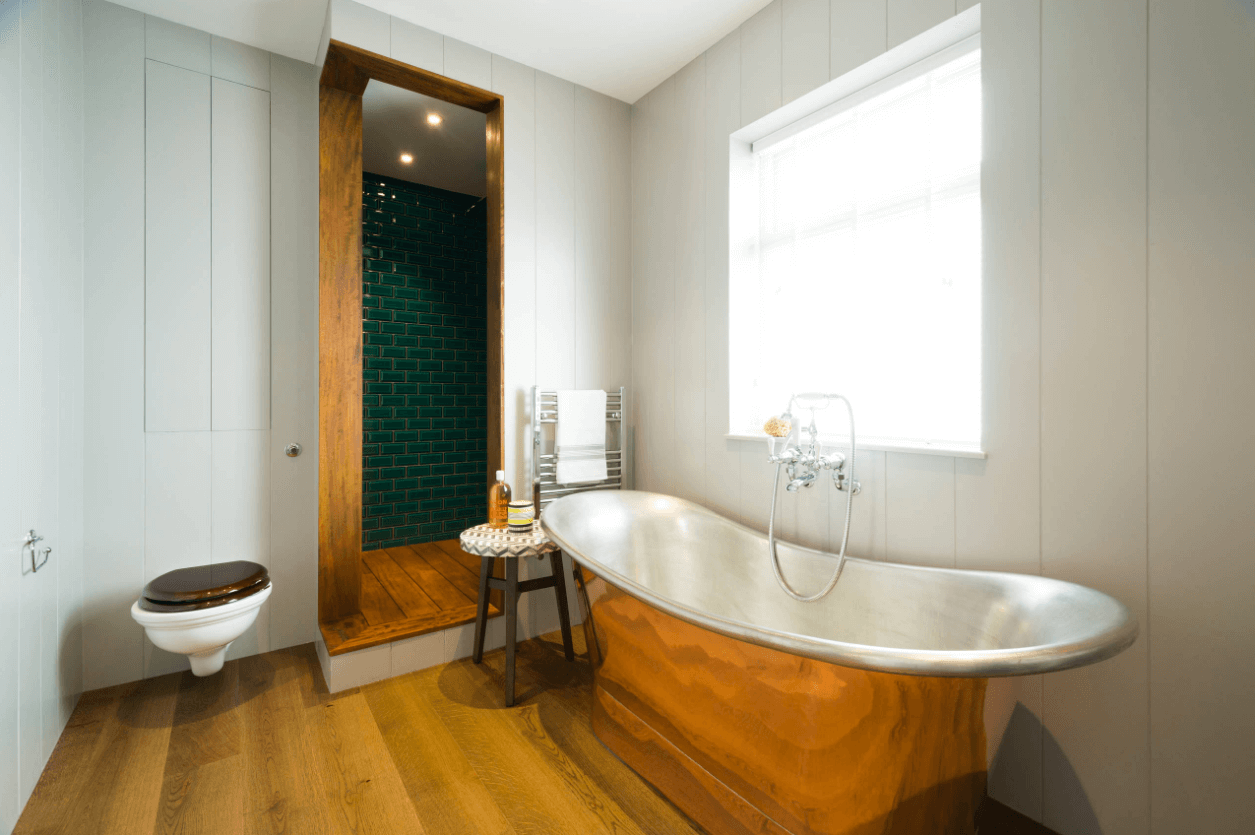 Pleasant bathroom in white and gold