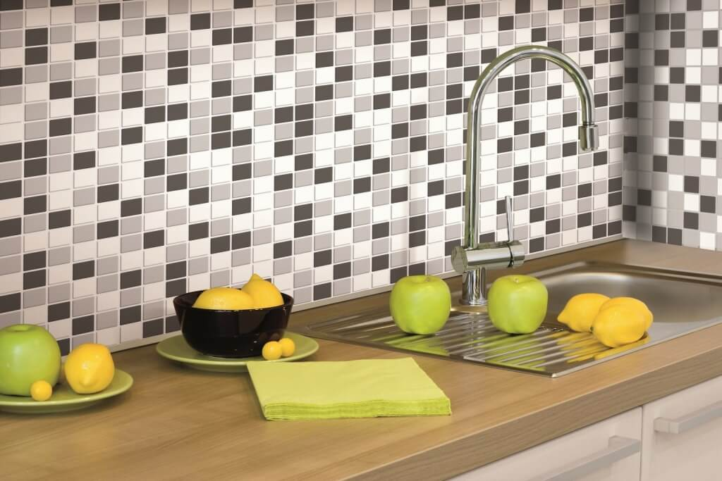 Kitchen back wall with mini tiles in black and white