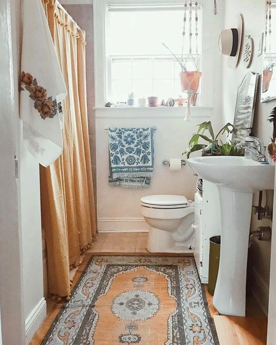 Hanging plants + hanging clothes |  Sweet bathroom ideas, small