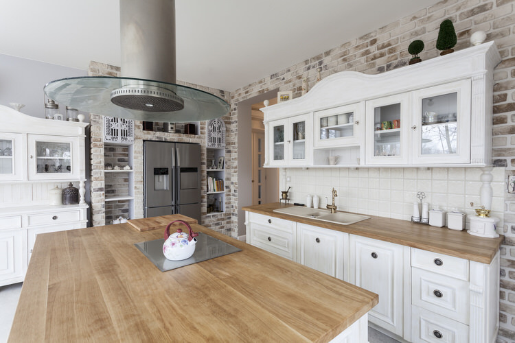 Country-style kitchen worktops made of solid surface material and modular Swedish cabinets refresh the look of FQWEPRX