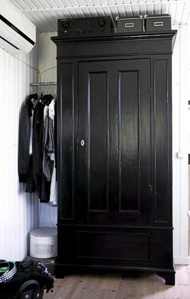 I love this black closet.  amazing!  I really like the black painted KXIJTTC