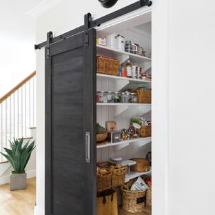 medium-sized traditional kitchen pantry photos - example of a medium-sized classic JLGYPFG