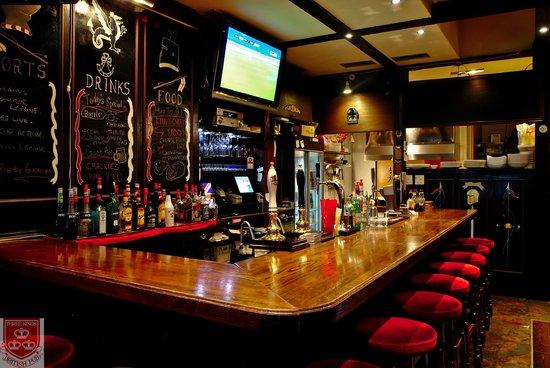 Three Kings British Pub: JNUICXE bar counter